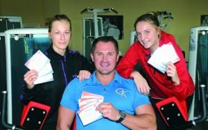 Sergej Gontcharov präsentiert mit Denise Großheim und Franziska Müller die neuen Gutscheine. Foto: brink-medien
