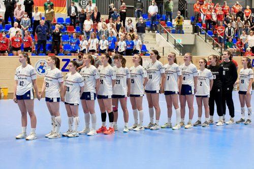 Die HSG-Mädels beim Ertönen der Nationalhymne, Foto: Matthias Wieking